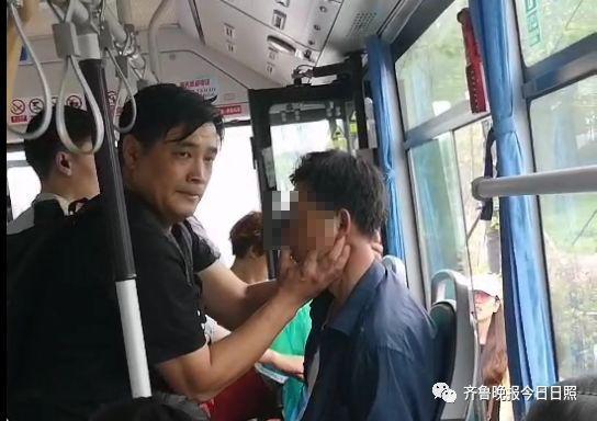 黑衣男乘客紧急施救。