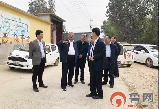 市政府副市长、党组成员王忠想到桶子河村,现场查看情况