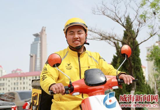 生活中的闫海滨阳光自信 威海晚报记者 姚威 摄
