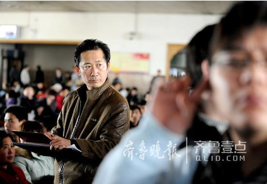 林宇辉在火车站写生,训练眼力。