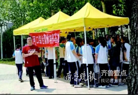 事发前,刘增寿站在遮阳棚外等学生来领准考证。 受访者供图