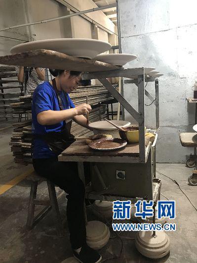 工人进行上釉工序。(新华网江昆 摄)