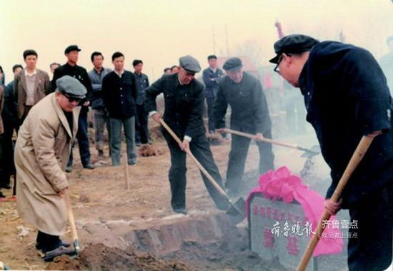 1986年3月25日,济南第一条煤气管线奠基仪式。(资料片)济南港华供图