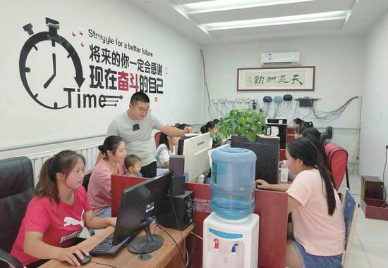 """在李庙村,""""玩网络""""成了农村妇女们每天的工作。(李冬阳 摄)"""