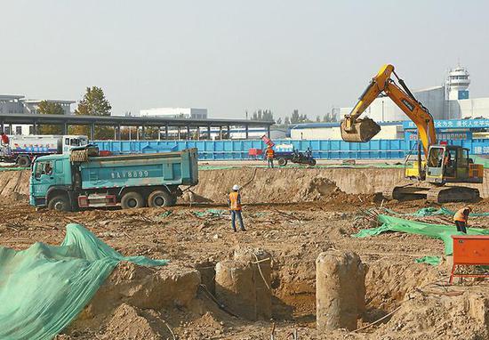 济南机场北指廊扩建已开工三个多月,目前正在进行桩基施工。 记者王汗冰 摄