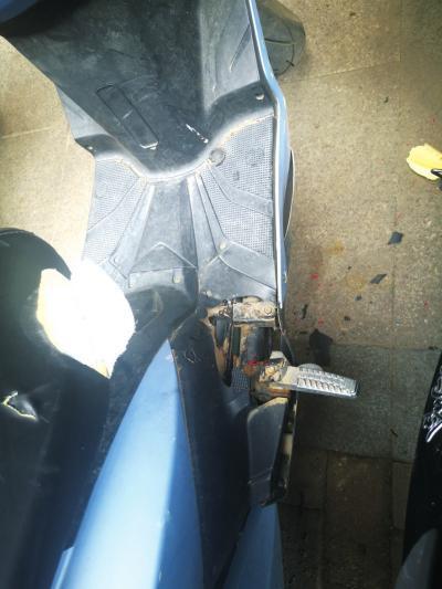 掉落的灭火器将楼下一辆电动车踏板附近砸烂。河南商报记者张晶晶/摄