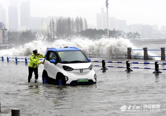 香港西路中队交警徐盛鹏、王祥宁冒海浪推车