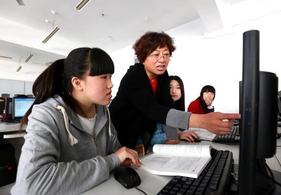 省级教学名师朱英华教授在授课