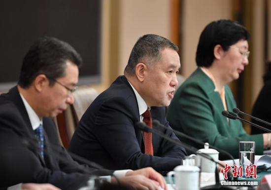 图为张茅(中)回答记者提问。中新社记者 侯宇 摄