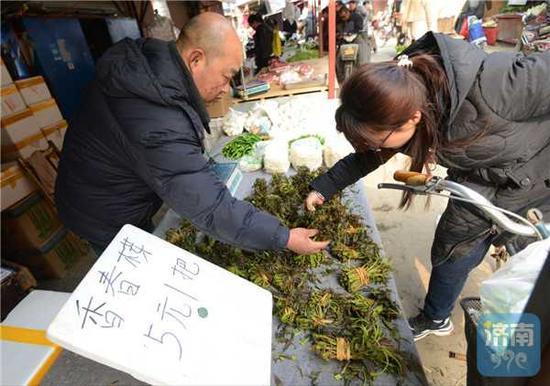 """野菜大量上市,香椿最""""金贵"""""""