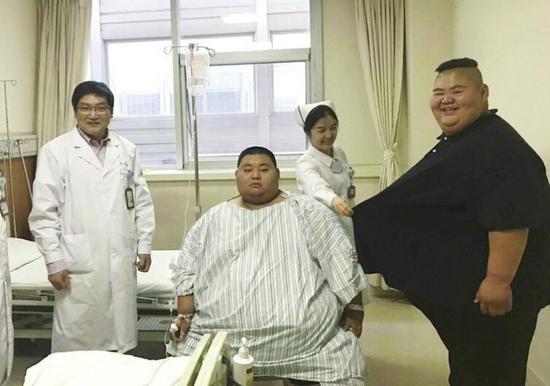 王浩楠(右)与张行波在病房内交流 通讯员谢静 摄