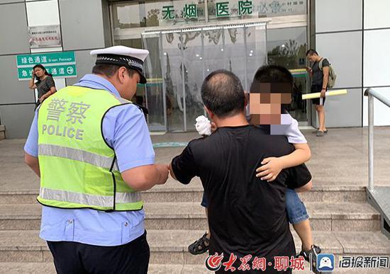 聊城高速交警驾驶警车开道,以最快的时间将受伤儿童送至医院接受治疗。