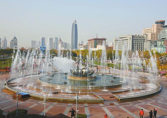 """4日上午10点,泉城广场荷花喷泉""""复喷""""。 记者黄中明 摄"""