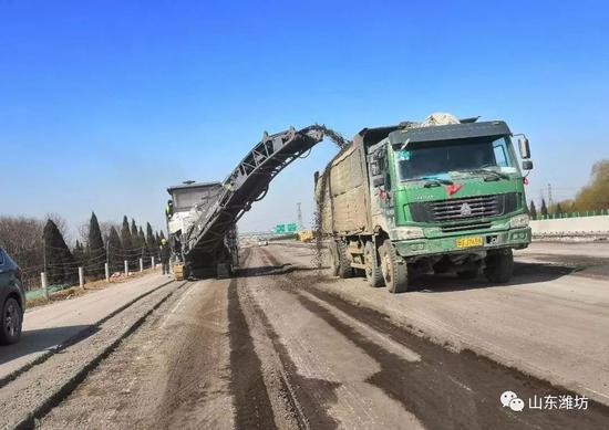 济青高速改扩建工程寿光段,施工人员正进行铣刨作业。