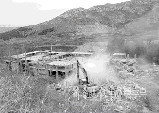 """山脚下的""""补偿专用违建房""""建设质量极差,挖掘机铲斗轻轻一碰就轰然倒塌。"""