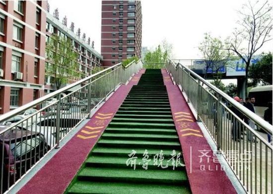 泉城公园北门过街天桥增加了自行车坡道.