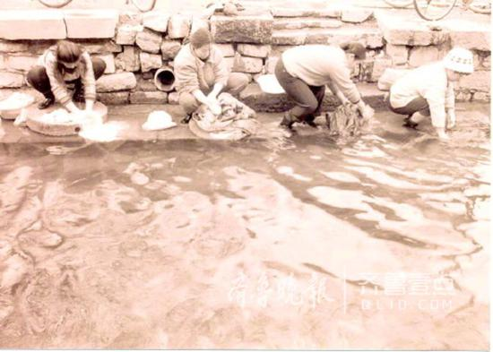 老济南人在泉边浣衣。