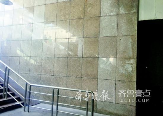 济南火车站出站口破损广告被清理。
