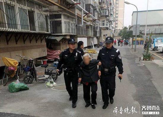 济南八旬老人迷路 民警多方寻找老人住处送其回家