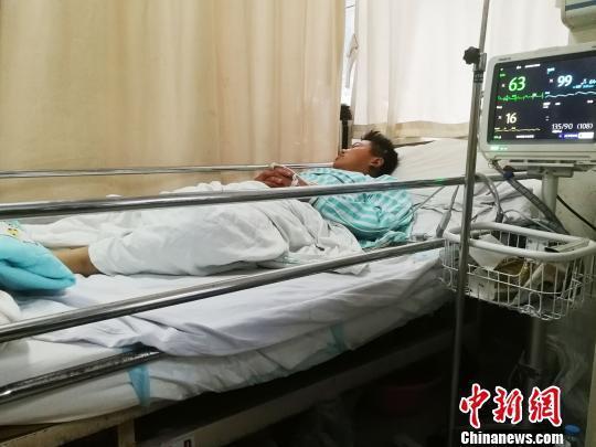 """图为""""杀鱼弟""""孟凡森在医院接受治疗。 郝学娟 摄"""