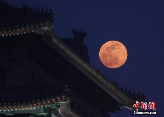 资料图:超级月亮在北京上空。