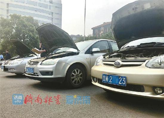 16日,在山东省公安厅车管所,停放着待检验的换牌车辆。 记者王汗冰 摄