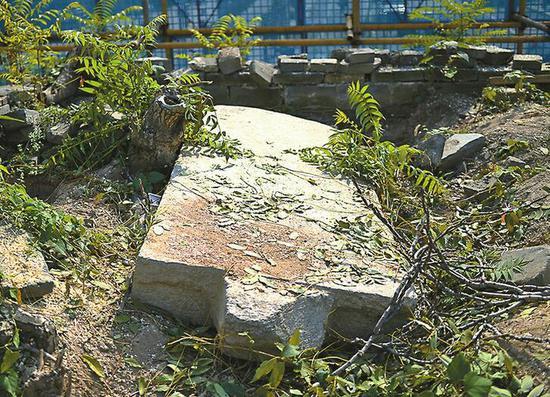 台基顶部散落的石碑