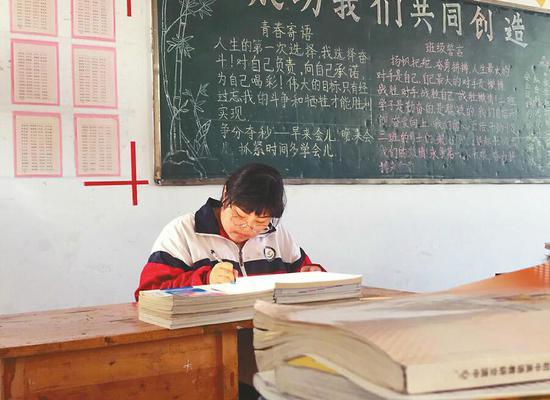 6日,黄业慧在教室学习。 记者丁国彬 摄