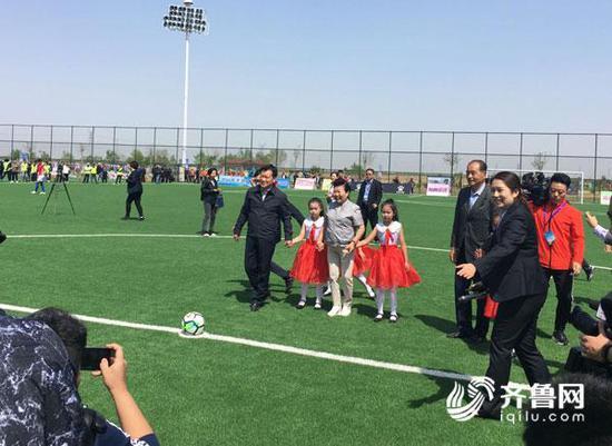 滨州市委书记、市人大常委会主任张光峰与出席开幕式的领导共同为本届联赛开球