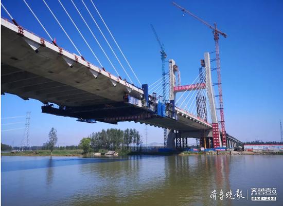 枣菏高速南四湖特大桥箱梁全部安装完成