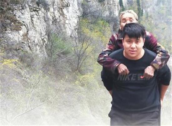 殷小康背奶奶爬山