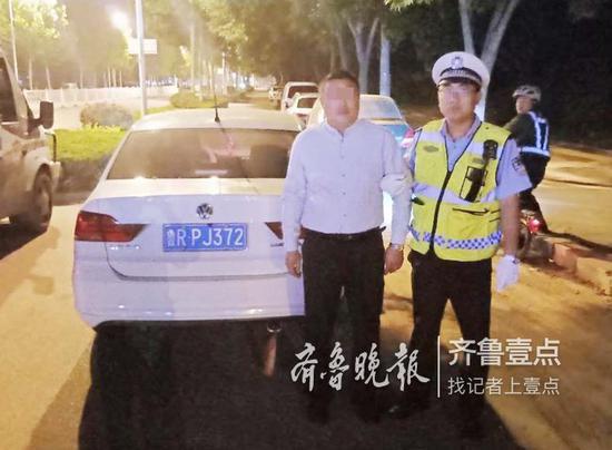 使用伪造驾照酒驾小轿车,巨野男子日前被交警罚款3000元,行政拘留20天。