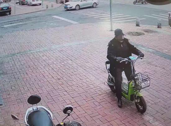 电动车闯红灯撞车 莱西一男子自知有错逃逸被抓