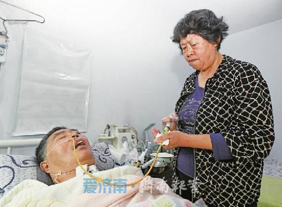 10日中午,杨淑娟将做好的流食通过胃管打入丈夫体内。 记者王汗冰 摄