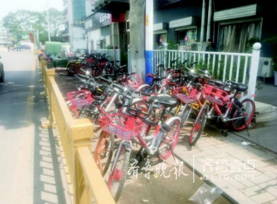 济南东站入站人行道被共享单车挤占。