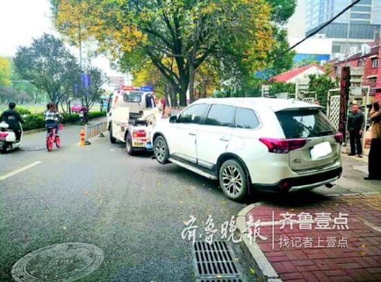 交警根据网友举报查处拖离违停车辆。