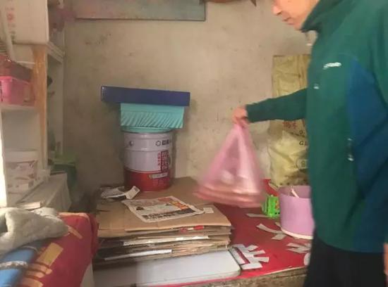 张永健说,父亲去世后,母亲一直保持着将纸盒折好的习惯。