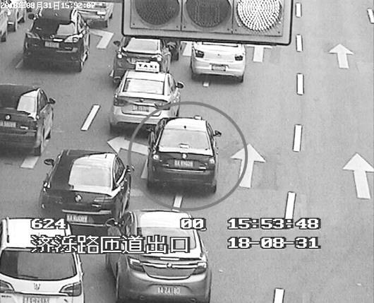 8月31日,北园高架济泺路下桥口一辆变道加塞的轿车被抓拍处罚。