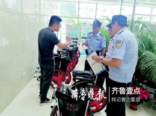 民警在医院里调查。