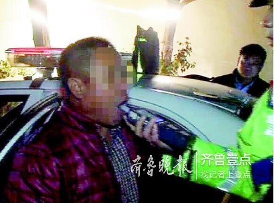 酒司机张着嘴吹气,自然检测不成功。 济南槐荫交警供图