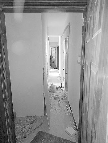 房子仍在装修中,原本开阔的走廊变得十分狭窄。受访者供图