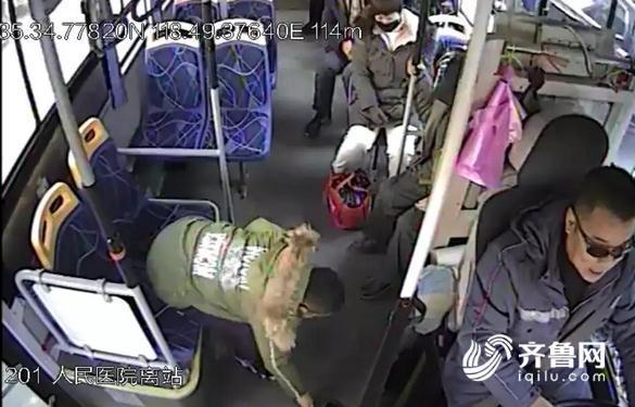 山东莒县,一辆城乡公交车上,有位小男孩的行为感动了全车人。