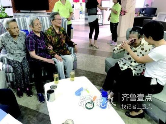 甸柳二居社区养老服务中心内,一位独居老人提到居委会的帮助,感动得哭起来。