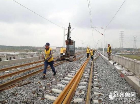 经过四年的建设,青岛到连云港铁路今天完成全线铺轨,距离通车仅一步之遥。