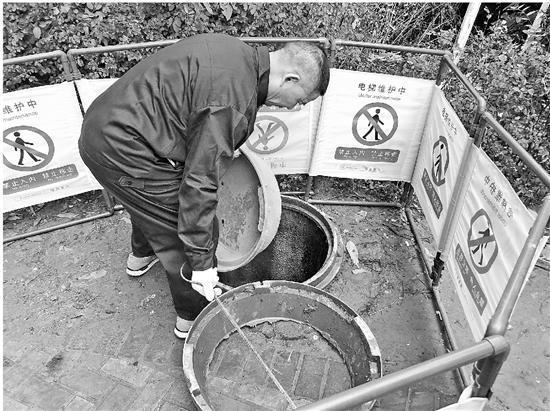 工作人员更换出事的窨井盖。