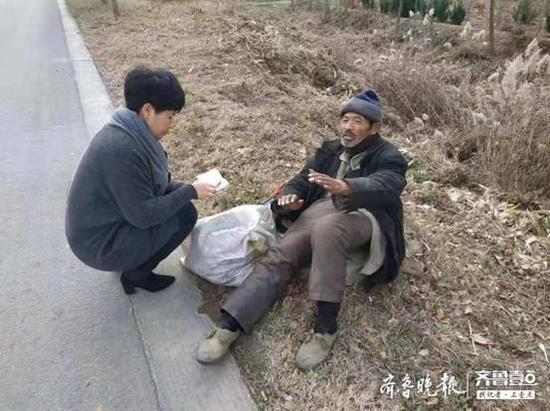 志愿者发现老人并做简单问询