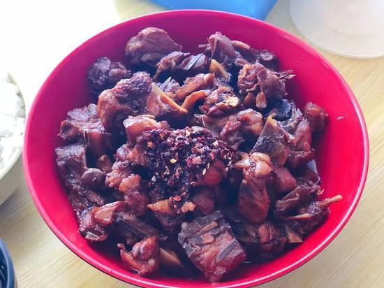 ▲三楼的香辣鸡架超级鲜嫩、汤汁入味,一到饭点超多人在吃。