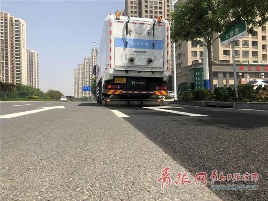 全市首辆新型道路污染清除车亮相李沧