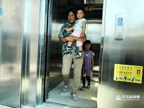 住户喜乘电梯 。