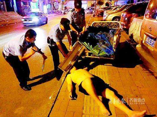 凌晨,民警救助一名醉卧街头的男子。齐鲁晚报·齐鲁壹点记者尉伟摄